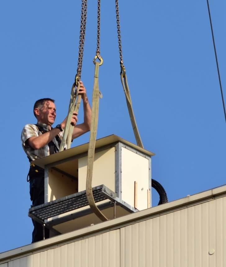 Man aan het werk vogelkast